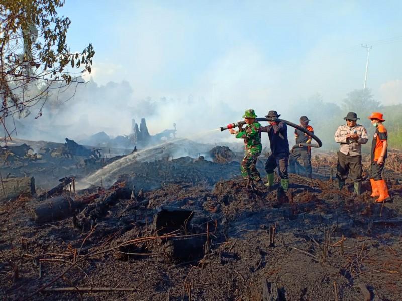 Tim terpadu berusaha memadamkan api di lokasi lahan yang terbakar Jumat (13/9/2019).