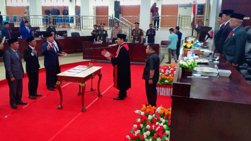 Ketua PN Muara Teweh saat mengambil sumpah janji jabatan terhadap tiga unsur pimpinan saat dilantik di Gedung DPRD Mura Jumat (13/9/2019).