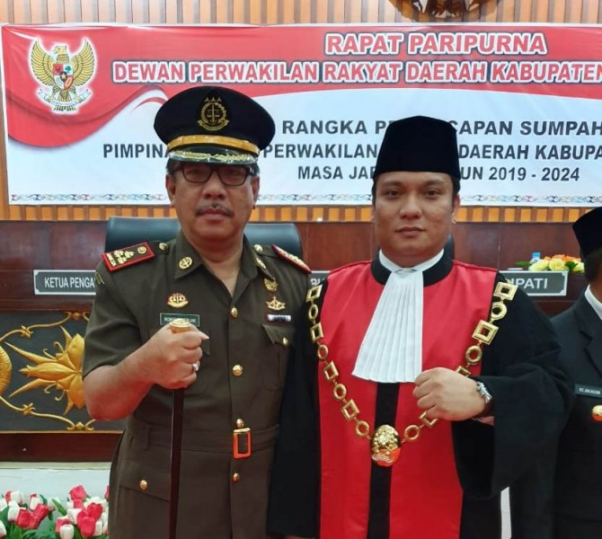 Kajari Mura Robert P. Sitinjak dan Ketua PN Muara Teweh Cipto Hosari Parsaoran Nababan saat kompak poto bersama seusai menghadiri kegiatan pelantikan unsur pimpinan DPRD Mura Jumat (13/9/2019).