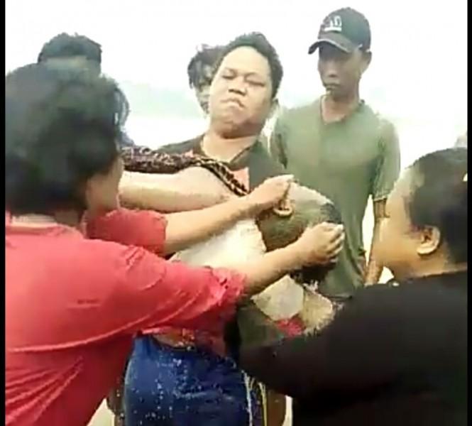 Jasad korban saat dievakuasi warga bersama petugas kepolisian Sabtu (14/9/2019).