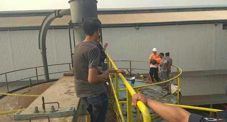 Karyawan lainnya saat mengamat bunker tempat kedua korban ditemukan tewas sesak napas akibat tak tahan mencium bau rendaman kernel Jumat (13/9/2019).