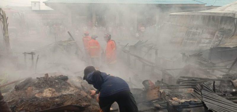 Dua warung di areal Pasar Desa Baru Barsel saat menyisakan puing arang seusai kejadian kebakaran Minggu (15/9/2019).