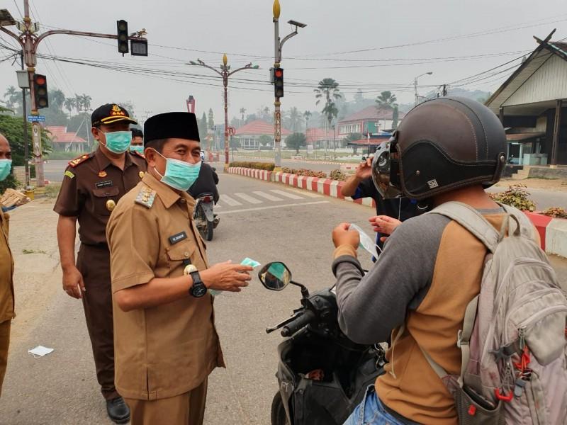 Wabup Mura Rejikinoor saat membagikan masker kepada pengendara bersama Kajari Mura Robert Sitinjak Senin (16/9/2019).
