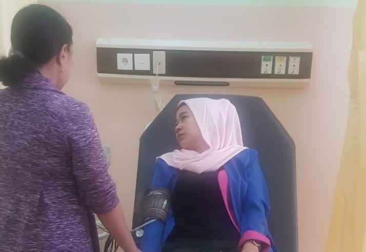 Salah seorang warga saat memanfaatkan layanan ruang oksigen gratis Senin (16/9/2019).