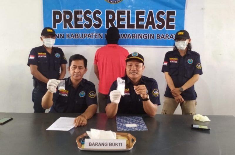 Kepala BNNK Kobar AKBP I Wayan Korna saat memperlihatkan barbuk sabu dan tersangka saat press release di Kantor BNNK Kobar Selasa (17/9/2019).