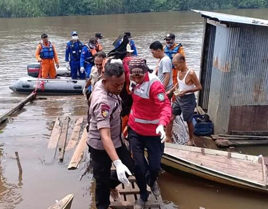 IST-Jasad korban saat dievakuasi tim gabungan ke rumah duka seusai ditemukan Rabu (18/9/2019).