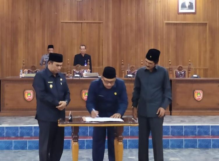 Ketua Sementara DPRD Kobar Rusdi Ghozali disaksikan Wabup Ahmadi Riansyah dan Wakil Ketua Sementara Mulyadin saat menandatangani SK usulan penetapan unsur pimpinan dewan setempat saat digelar paripurna di DPRD Kobar Rabu (18/9/2019).