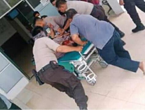 Jasad korban saat dieavakuasi ke RSUD Sukamara ketika berusaha diberikan pertolongan seusai kejadian Rabu (18/9).