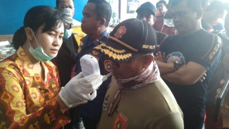 Petugas medis RSUD Imanuddin saat melakukan pengecekan kesehatan Kasatpol PP dan Damkar Kobar Majerum Purni, Kamis (19/9/2019).