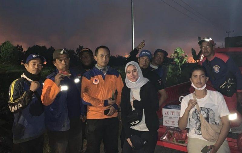 Anggota DPRD Kobar Wanti Septia Utami saat poto bersama tim Satgas Karhutla Kobar.