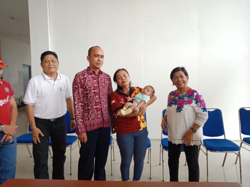 Pihak Dinsos Mura saat menyerahkan bayi malang kepada pasutri Cota bayi tersebut Jumat (20/9/2019).
