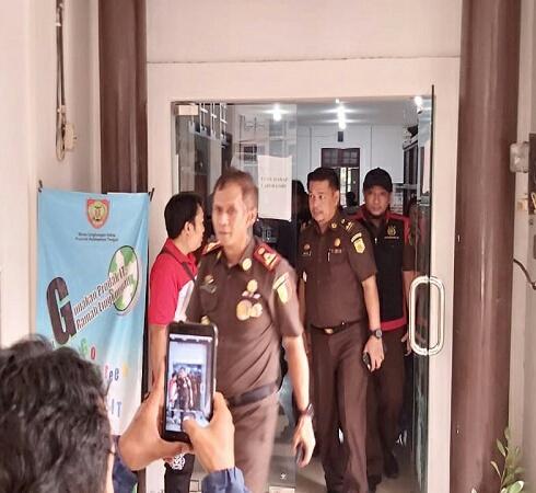 Timsus Kejari Palangka Raya saat melakukan penggeledahan di Kantor DLH Kalteng Jumat (20/9/2019).