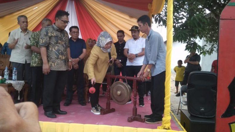 Bupati Kobar Hj Nurhidayah saat memukul gong ketika meresmikan Pasar Malam Hasupa Hatagur Sabtu (21/9/2019).