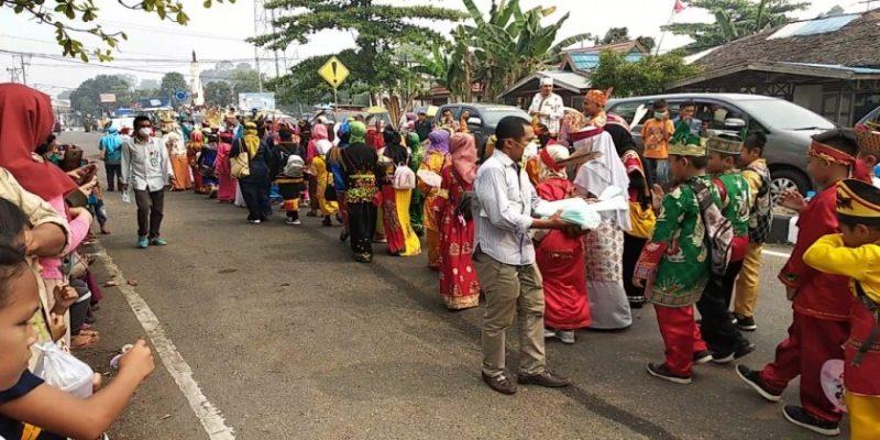 DPD LPLHN Provinsi Kalteng saat membagikan masker kepada masyarakat Minggu (22/9/2019).