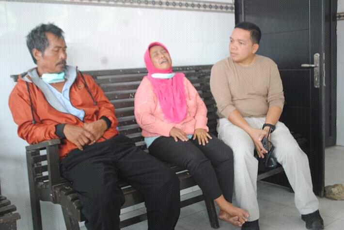 Kedua orang tua korban saat sedih ketika bertemu dengan Kapolres Palangka Raya AKBP Timbul RK Siregar Minggu (22/9/2019).