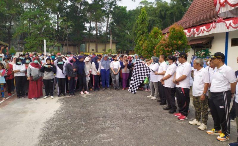 Bupati Kobar Hj Nurhidayah saat melepas peserta jalan sehat Harhubnas Minggu (22/9/2019).