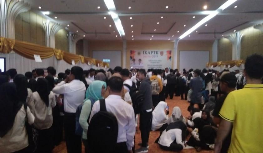 Ribuan pelamar saat memadati Job Fair Minggu (22/9/2019).