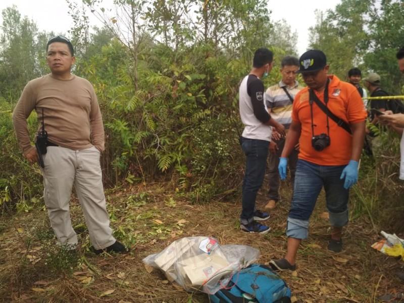 Kapolres Palangka Raya AKBP Timbul RK Siregar bersama anggotanya saat melakukan olah TKP di lokasi kejadian Minggu (22/9/2019).