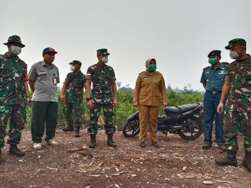 Pangdam XII Tanjung Pura Mayjen TNI Muhammad Nur Rahmad,bersama Bupati Kobar Hj Nurhidayah dan Danrem 102 Panju Panjung Kolonel Arm Syaiful Rizal  saat meninjau lokasi kebakaran Senin (23/9/2019).