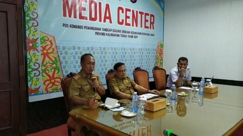 Kepala BPBD Kalteng Mofit Saptono saat memberikan keterangan kepada awak media, di Media Center Senin (23/9/2019).