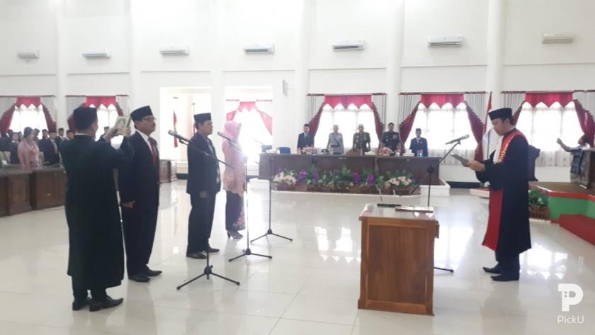 Tiga unsur pimpinan DPRD Barsel saat dilantik dan diambil sumpah janji oleh Ketua PN Buntok Senin (23/9/2019).