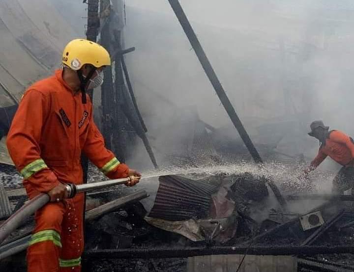 Petugas Damkar saat melakukan pemadaman api di lokasi kejadian Selasa (24/9/2019).