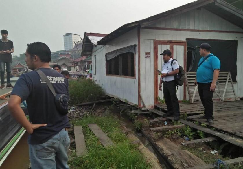 Petugas Dishub Mura saat meninjau pelabuhan speedboat.