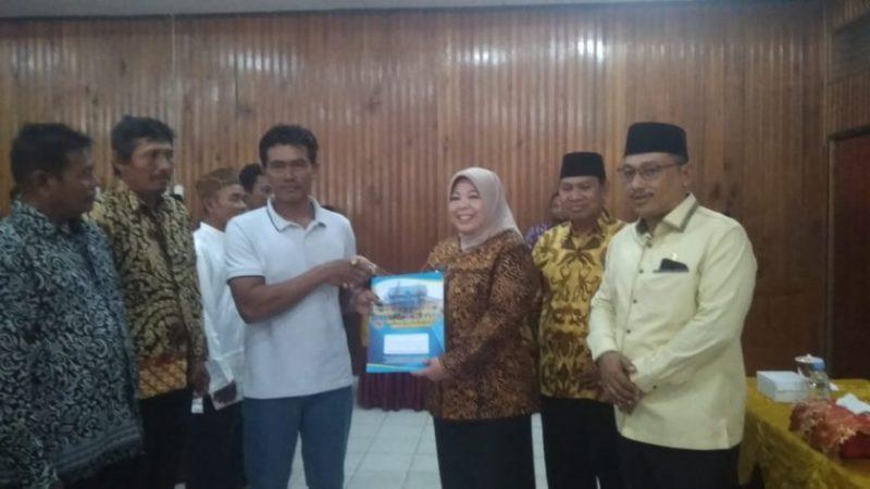 Bupati Kobar Hj Nurhidayah saat menyerahkan sertifikat kepada perwakilan warga UPT Kumai Seberang secara simbolis Jumat (27/9/2019).