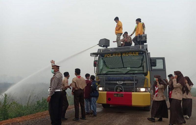Mahasiswa dan pelajar saat mengikuti pemadaman api di lokasi karhutla Jumat (27/9/2019).