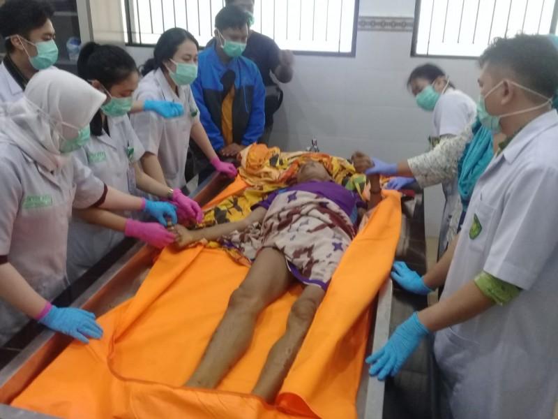 Jasad korban saat ditangani tim medis RSUD Doris untuk melakukan otopsi Sabtu (28/9/2019).