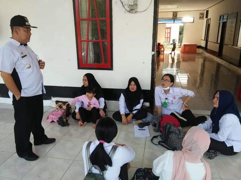 Camat Murung Banjang Jalin saat berkomunikasi dengan petugas posyandu baru-baru ini.
