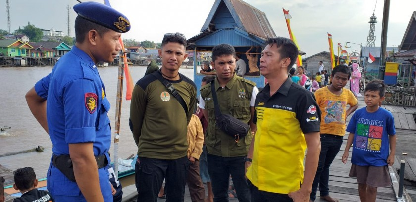 Petugas Satpolair dan BKSDA saat memberikan imbauan kepada warga guna menyikapi kemunculan buaya di Sungai Arut Senin (30/9/2019).