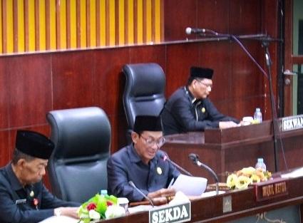 Wakil Ketua I DPRD Mura Likon saat memimpin rapat paripurna belum lama ini.