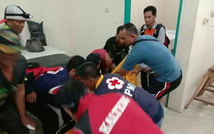 IST PMI Kotim - Jasad korban saat dievakuasi ke ruang jenazah RSUD Murjani Sampit Senin (23/9) malam.