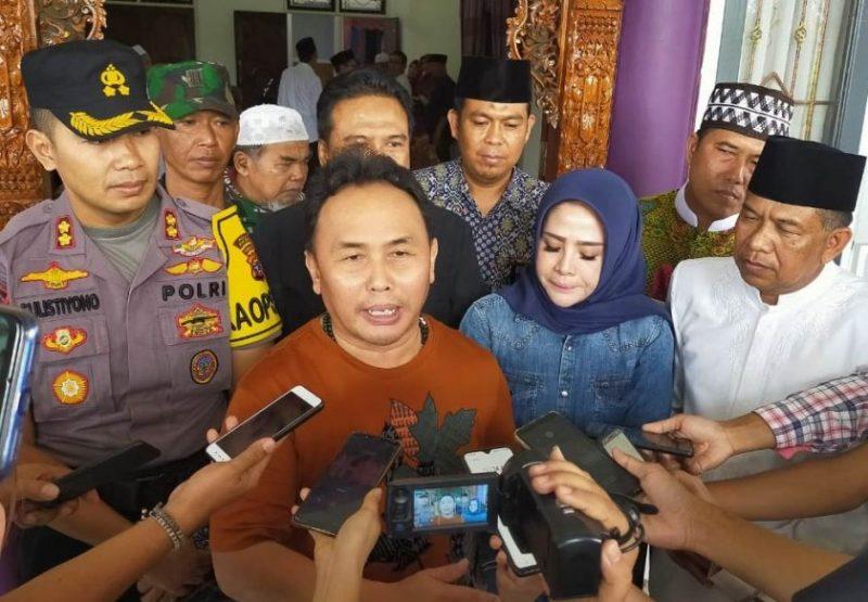 Gubernur Kalteng Sugianto Sabran saat memberikan keterangan kepada awak media, saat meninjau Kabupaten Sukamara untuk melihat program pembangunan infrastruktur baru-baru ini.