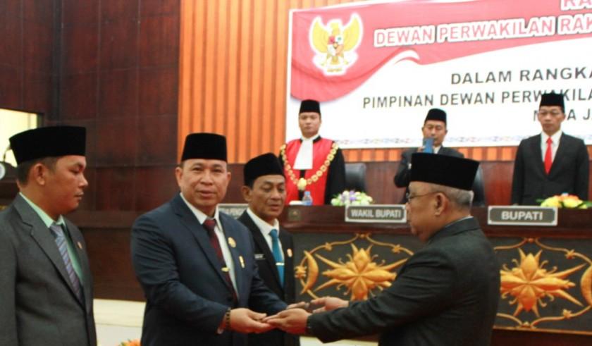 Ketua DPRD Mura Doni SP saat menerima serah terima jabatan dari Ketua Sementara Gad F Silam belum lama ini.