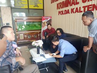 PH dan Dadang saat melaporkan kasus yang dialaminya ke Polda Kalteng Selasa (16/10/2019).