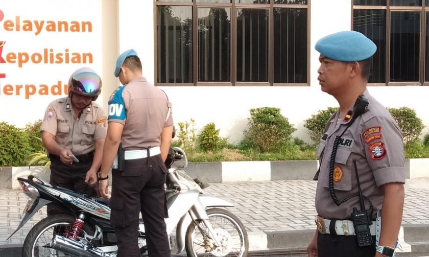 Angota Sipropam Polres Palangka Raya saat menggelar razia terhadap anggota polisi Selasa (29/10/2019).