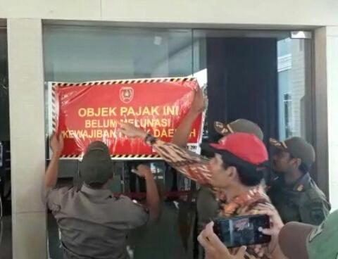 Tim Yustisi Kobar saat memasang spanduk di Hotel Swiss Belinn Pangkalan Bun Kamis (31/10/2019).