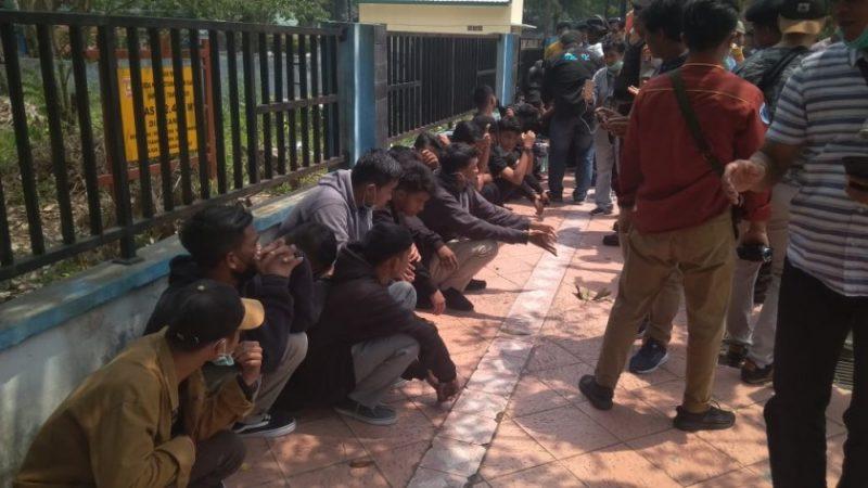 Puluhan pelajar saat diamankan anggota Polres Kobar saat digelar unjuk rasa di depan Kantor DPRD Kobar, Selasa (1/10/2019).