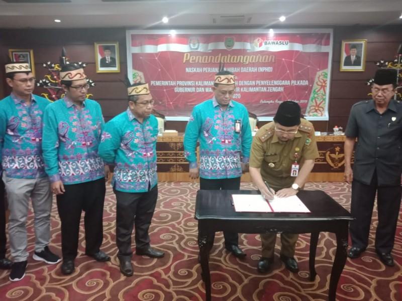 Asisten III Bidang Admum Setda Kalteng Kaspinor saat menandatangani nota NPHD Selasa (1/10/2019).