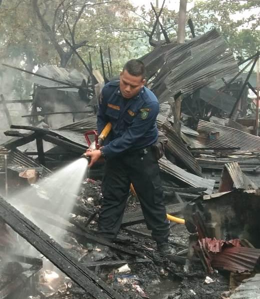 Petugas Damkar Kotim saat melakukan pemadaman sisa api di lokasi kejadian Rabu (2/10/2019).