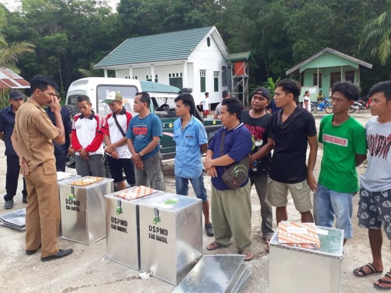 KabidAdminitrasi dan Kelembagaan Desa Samsul Bahri,saat mengecek persiapan logistik Pilkades Serentak Rabu (2/10/2019).
