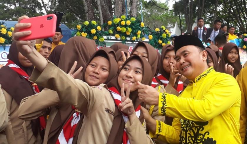 Gubernur Kalteng Sugianto Sabran saat selfi dengan pelajar seusai memperingati HUT Kobar ke 60, Kamis (3/10/2019).