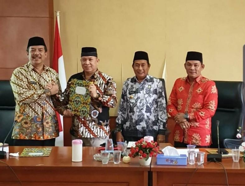 Ketua DPRD Mura Doni SP didamping Wabup Rejikinoor dan Wakil Ketua II DPRD Mura Rahmanto Muhidin, saat menerima, legal opinion dari Kejari Mura Robert P Sitinjak, Rabu (1/10/2019).