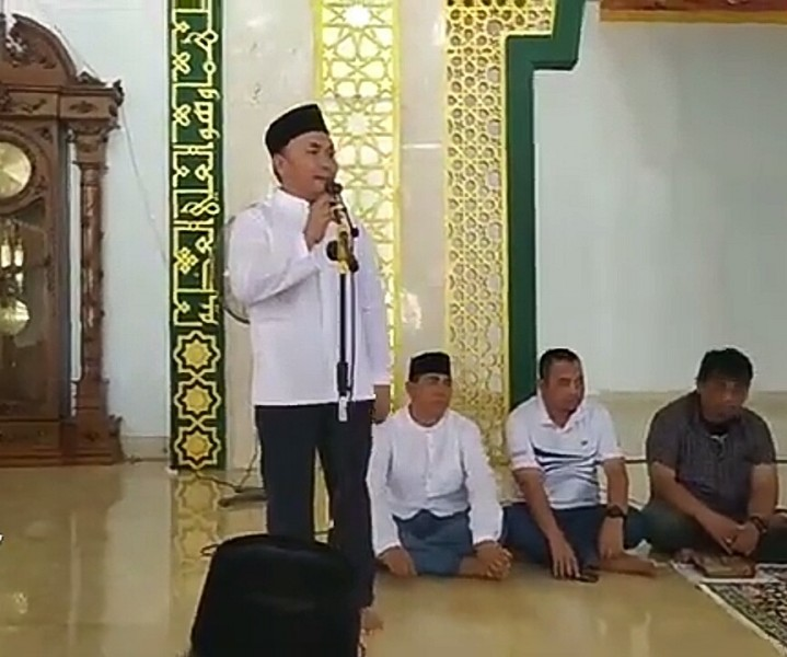 Gubernur Kalteng Sugianto Sabran saat silaturahmi dengan warga Sukamara seusai melaksanakan salat Jumat di Masjid Agung Sukamara Jumat (4/10/2019).