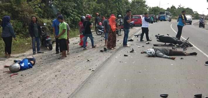 IST- Kedua korban saat tergeletak terkapar di ruas jalan seusai kejadian  Sabtu (5/10/2019).