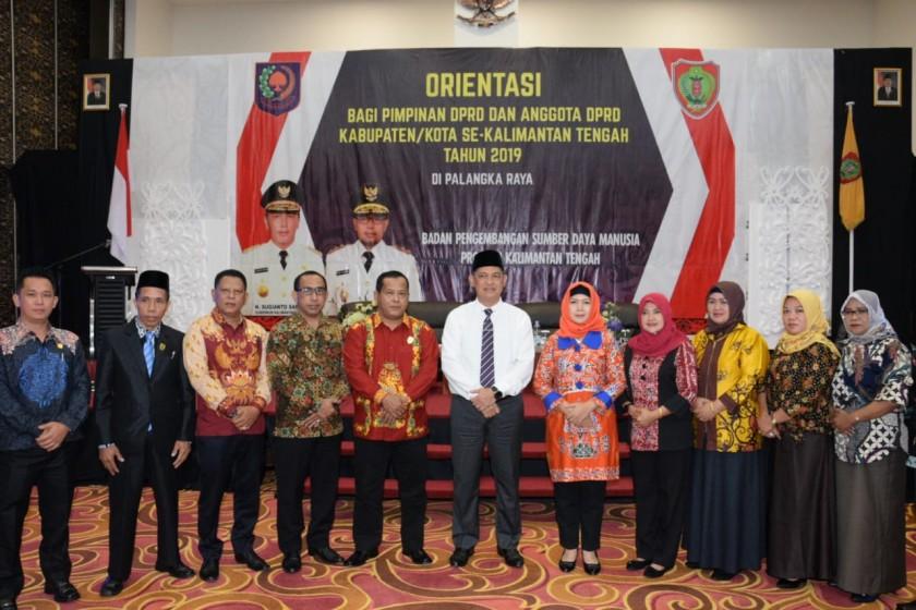Sekda Kalteng Fahrizal Fitri saat poto bersama sejumlah anggota dewan dan Kepala SOPD seusai kegiatan orientasi Sabtu (5/10/2019).