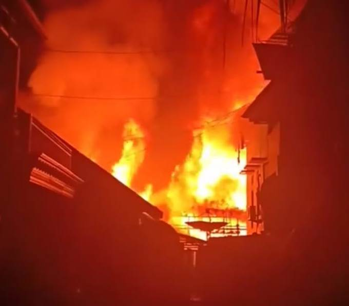 Kobaran api saat melahap bangunan rumah yang terbakar Sabtu (5/10/2019) tadi malam.
