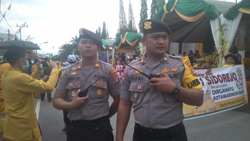 Kabag Ops Polres Kobar AKP Boni Ariefinanto saat berada di lokasi Pawai Nasi Adab ikut mengamankan jalannya pawai Senin (7/10/2019).